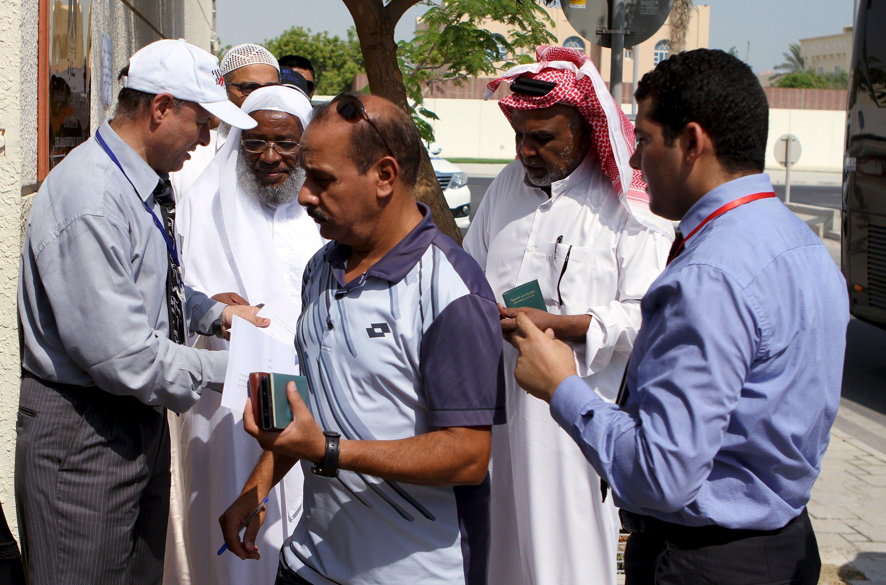 مصريون يدلون بأصواتهم في الدوحة