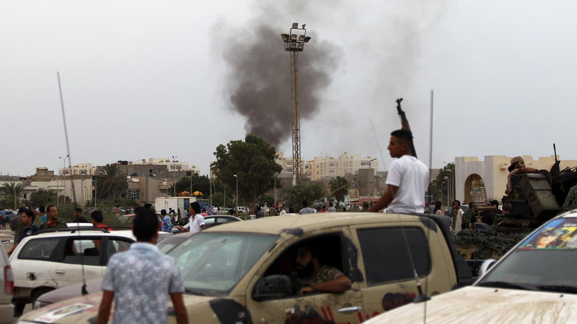 ABD04 - BENGHAZI, -, LIBYA : Smoke billows from the site of shelling by anti-governemnt forces as Libyans attended a protest against a national unity government proposal by United Nations envoy Bernardino Leon, in the eastern city of Benghazi on October 16, 2015. World leaders urged Libya's warring parties to sign a proposed peace deal installing a national unity government, after a cool response from some lawmakers in the country's rival parliaments. AFP PHOTO / ABDULLAH DOMA