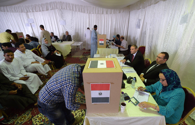 مصريون يدلون بأصواتهم في الرياض