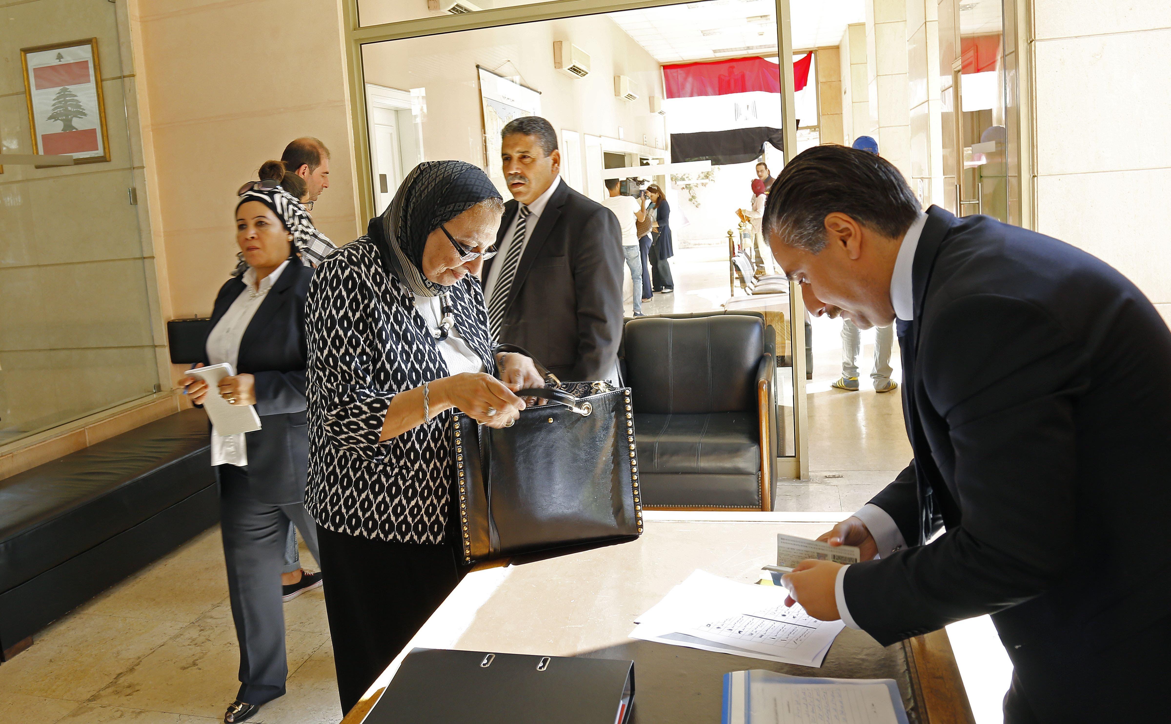 مصريون يدلون بأصواتهم في بيروت