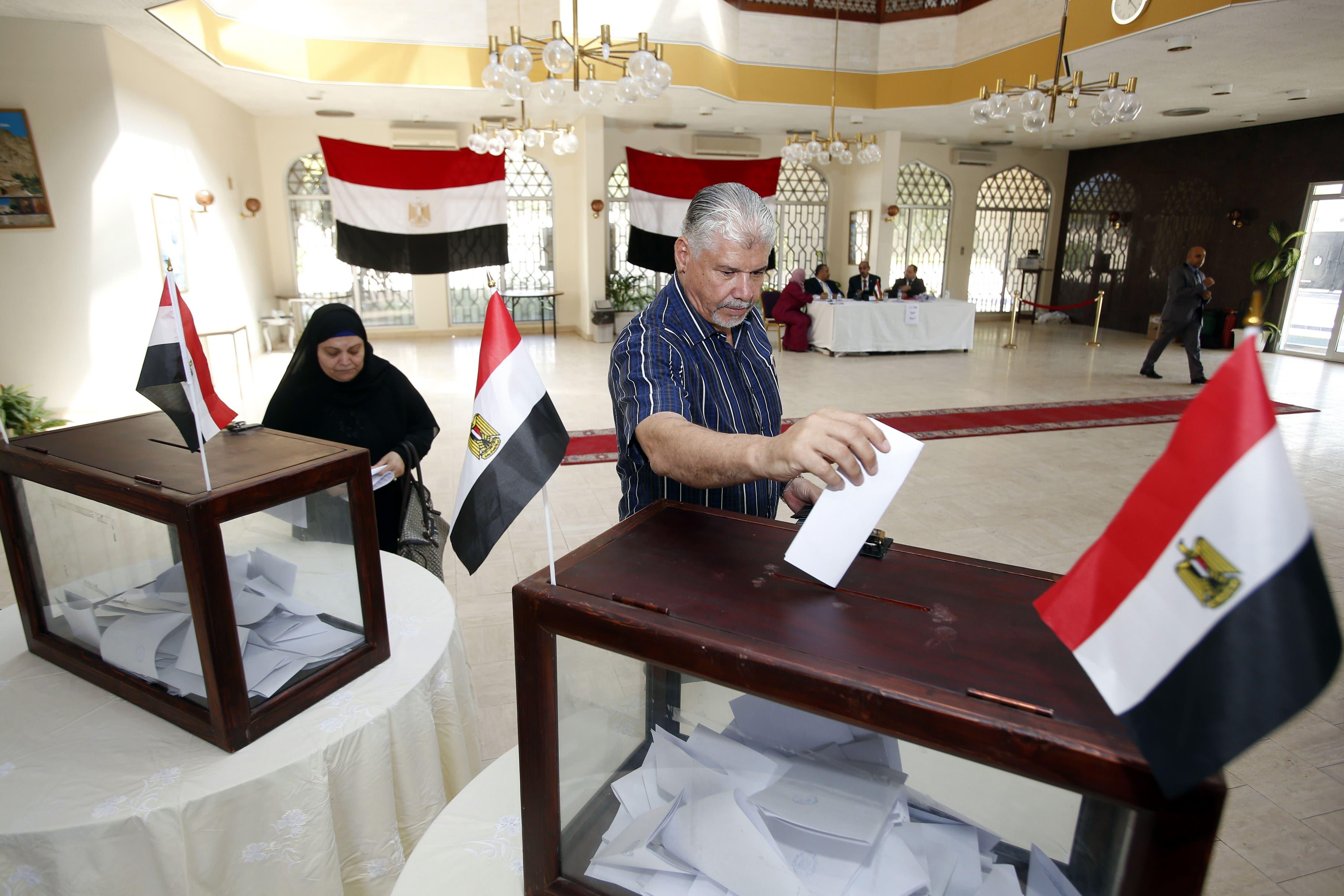 مصريون يدلون بأصواتهم في مسقط