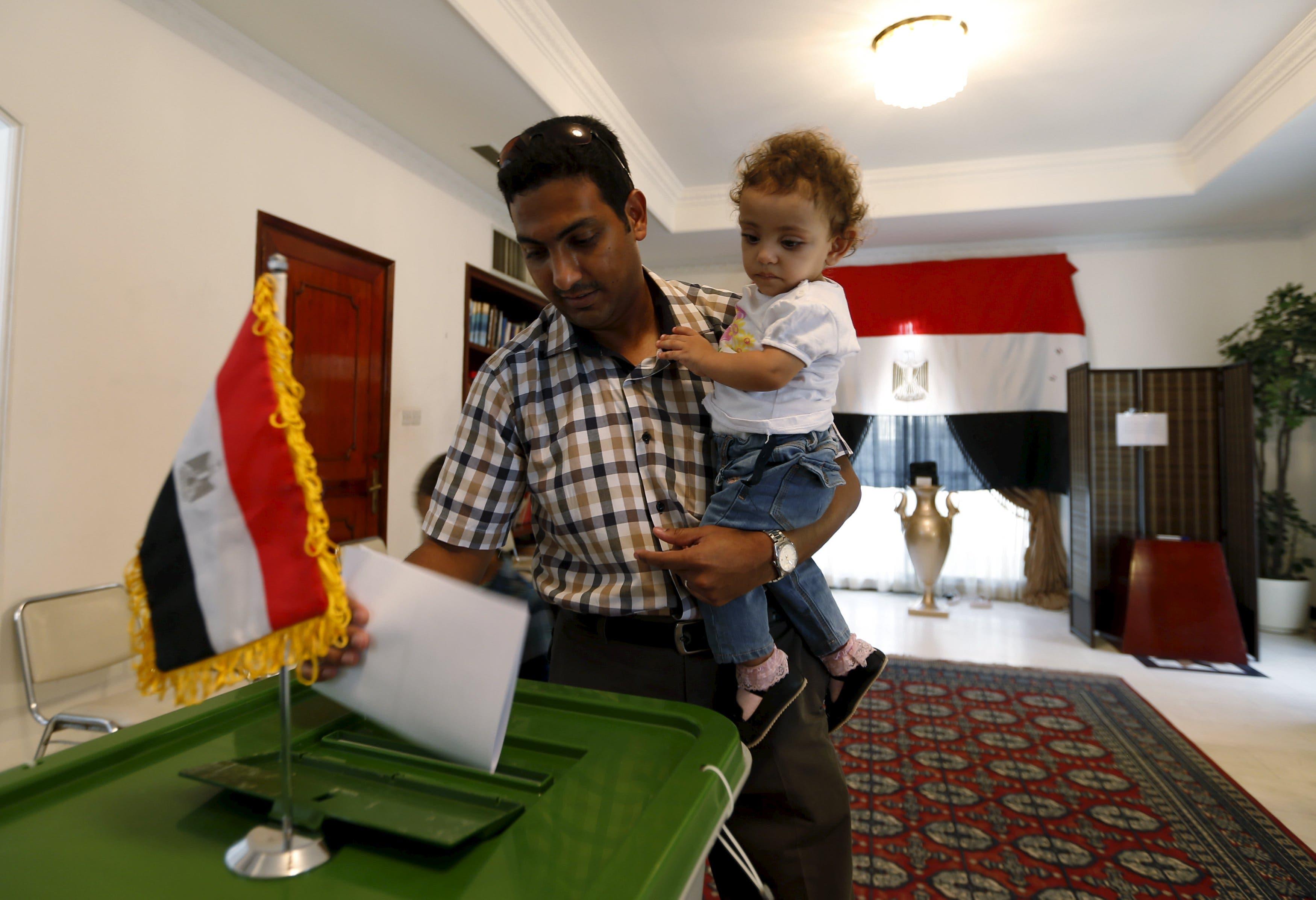 مصريون يدلون بأصواتهم في المنامة
