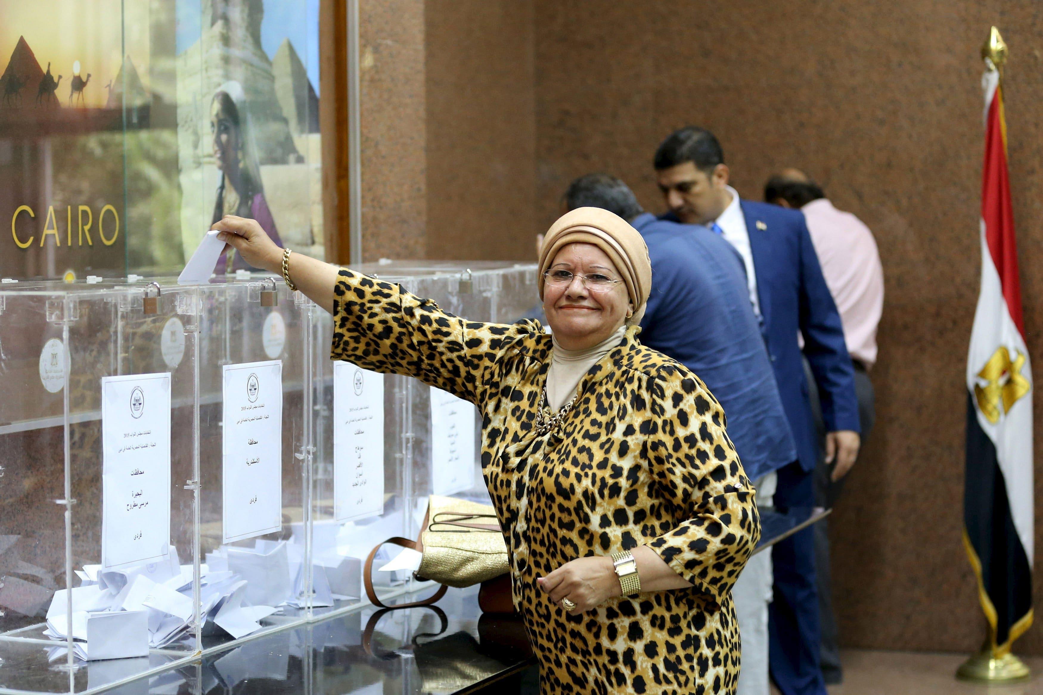 مصريون يدلون بأصواتهم في دبي
