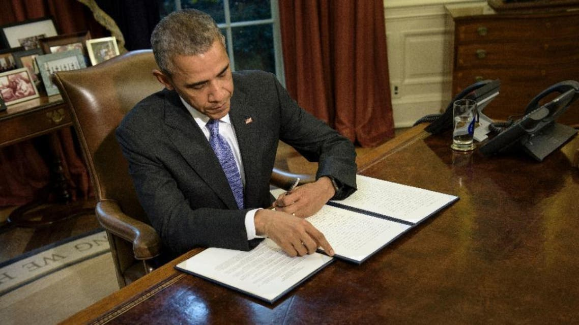 President Obamam vetos the National Defense Authorization  Act in the Oval Office of the White House on Oct. 22, 2015. (AFP)