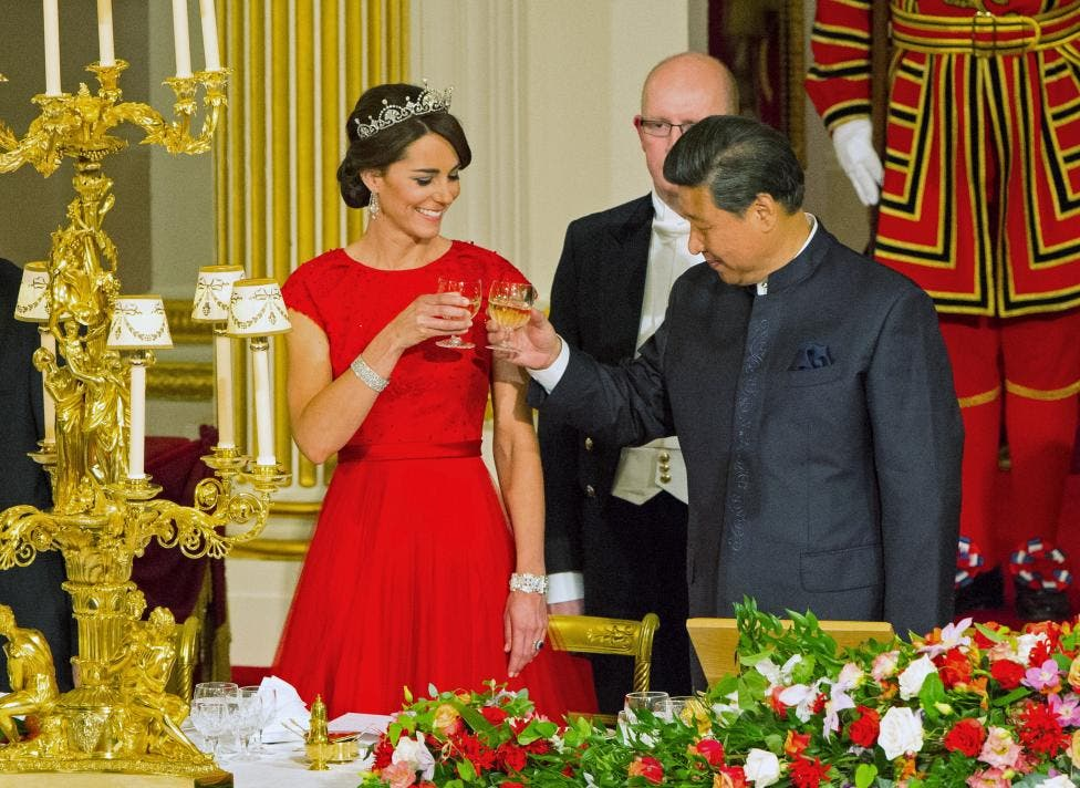 Xi Jinping toasts with the Duchess of Cambridge at a state banquet at Buckingham Palace. (Reuters)