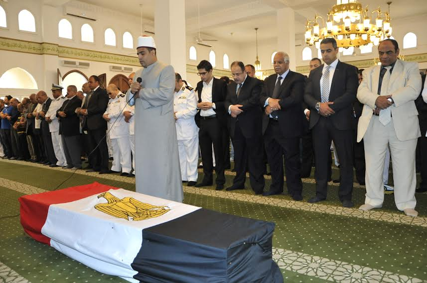 وزير داخلية مصر اثناء صلاة الجنازة على الفقيد