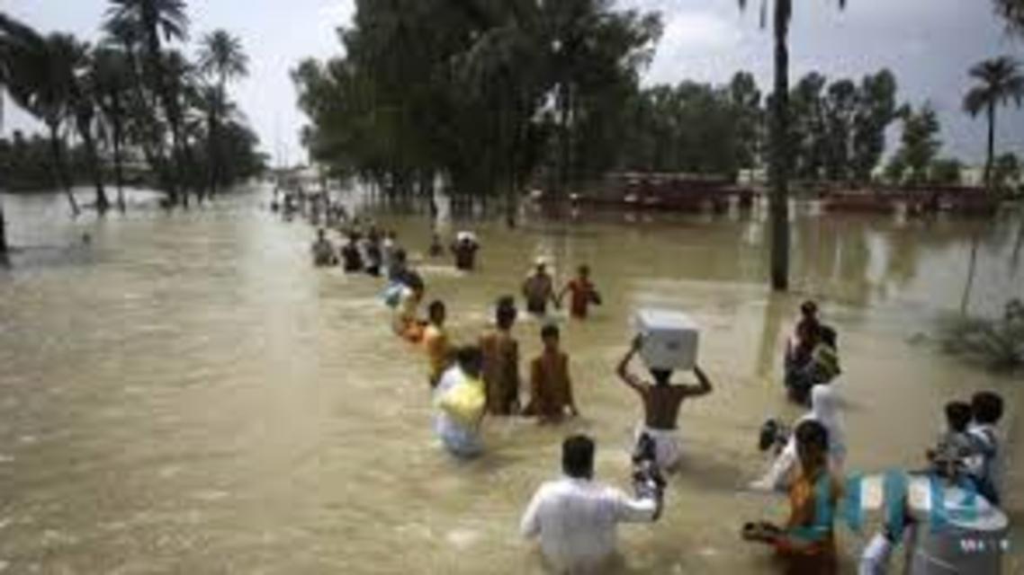 الباكستانيون يهربون من السيول والنهيارات الارضية