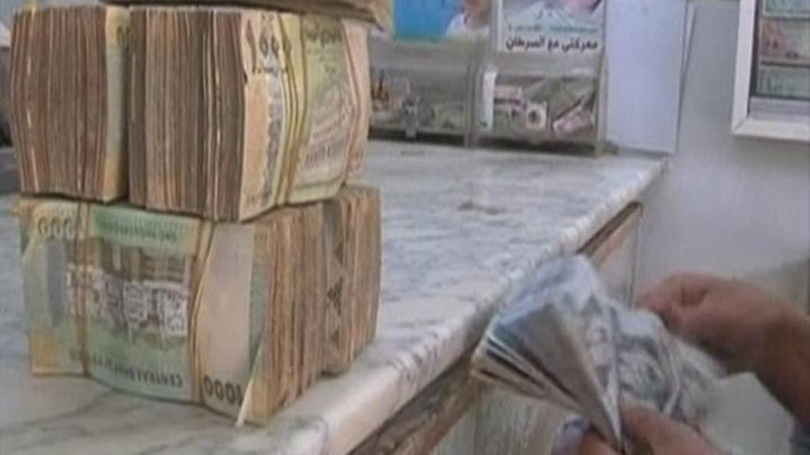 THUMBNAIL_ الريال اليمني ينهار مع تهريب أموال المتمردين