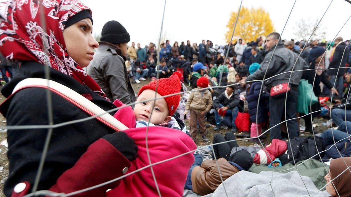 لاجئون في انتظار عبور الحدود من سلوفينيا إلى النمسا