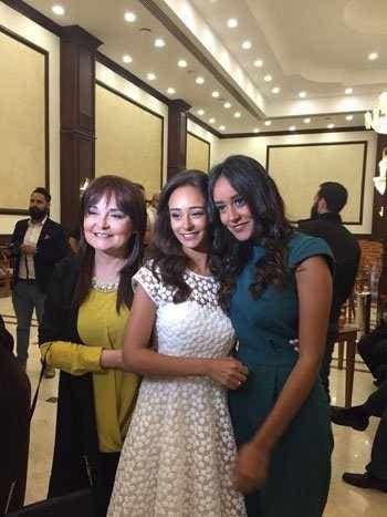 المذيعة نهال كمال مع ابنتيها