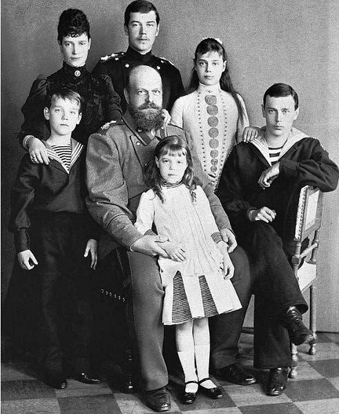 الكسندر الثالث والى جانبه زوجته  وأولاده