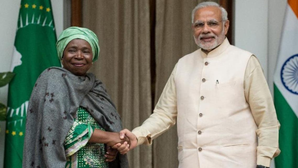 African Union Chairperson Nkosanzana Dlamini-Zuma shakes hands with PM Modi during their meeting at the India-Africa Forum Summit in New Delhi, Oct. 28, 2015. (AFP)