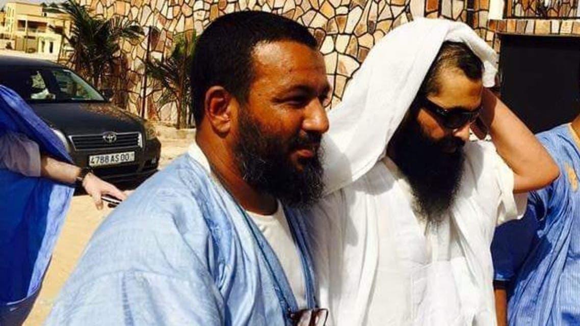 صورة للسجين من امام منزله تداولها رواد مواقع التواصل الاجتماعي