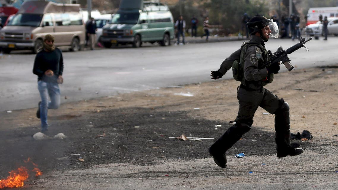 An Israeli border policeman runs during clashes with Palestinian protesters near the Jewish settlement of Bet El, near the West Bank city of Ramallah October 30, 2015. Knife-wielding Palestinians attacked Israelis in Jerusalem and the occupied West Bank on Friday and police said they had shot dead two assailants, in a further wave of violence spurred partly by tensions over a Jerusalem holy site. REUTERS/Mohamad Torokman