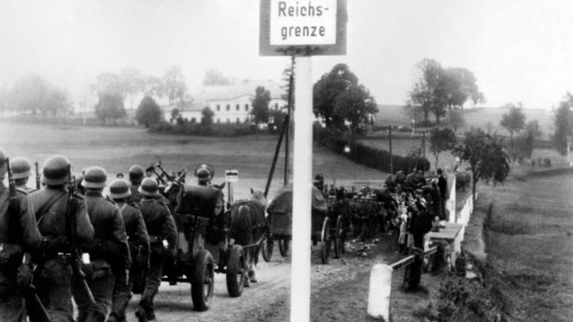 German troops cross the border near Kleinphilipsreuth, Czechoslovakia, to occupied the Sudetenland, on October 1, 1938 (AFP Photo/)