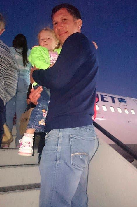 أحد الركاب مع ابنته يصعد طائرة الموت