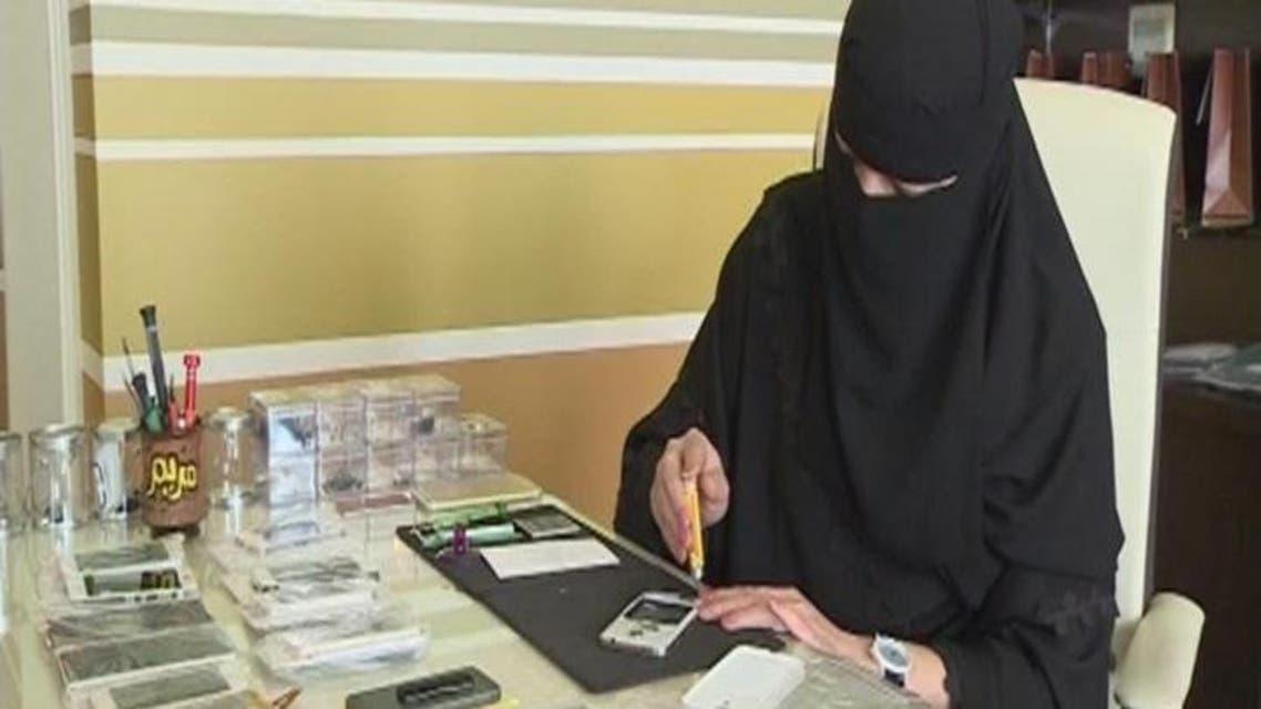 THUMBNAIL_ صيانة 48 ألف هاتف بيد فتاة سعودية