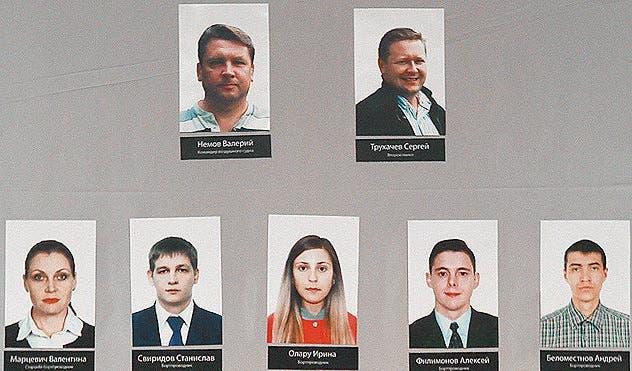 أول صورة لطاقم الايرباص المنكوبة، الطيار ومساعده، ثم المضيفين الخمسة