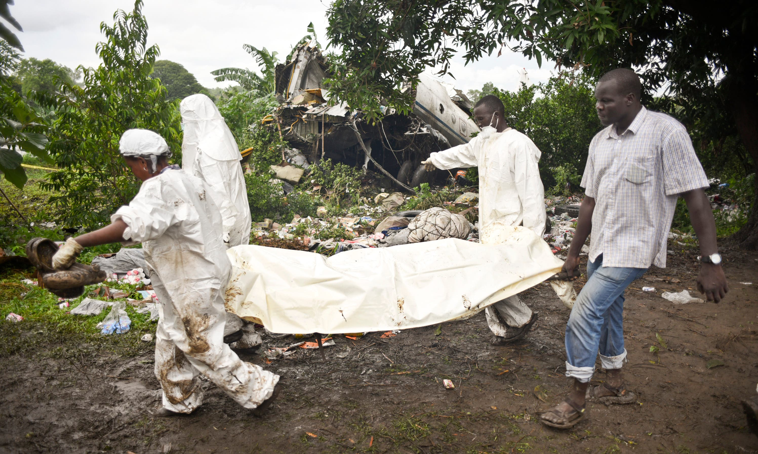 Responders remove a body from the wreckage of a cargo plane which crashed in the capital Juba, South Sudan Wednesday, Nov. 4, 2015.  (AP)