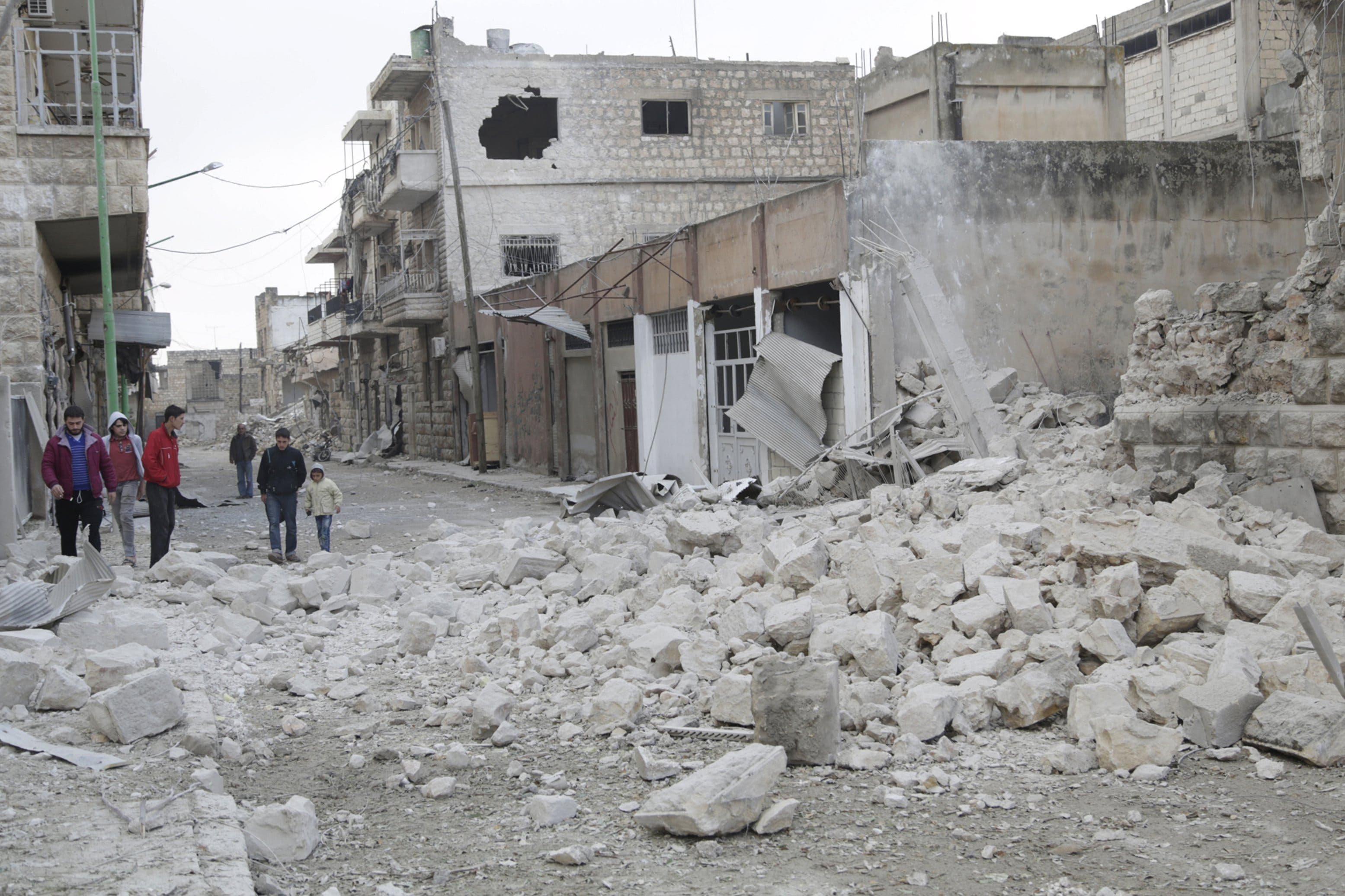 الدمار الذي خلفته غارة روسية على معرة النعمان في ريف إدلب (أرشيفية)