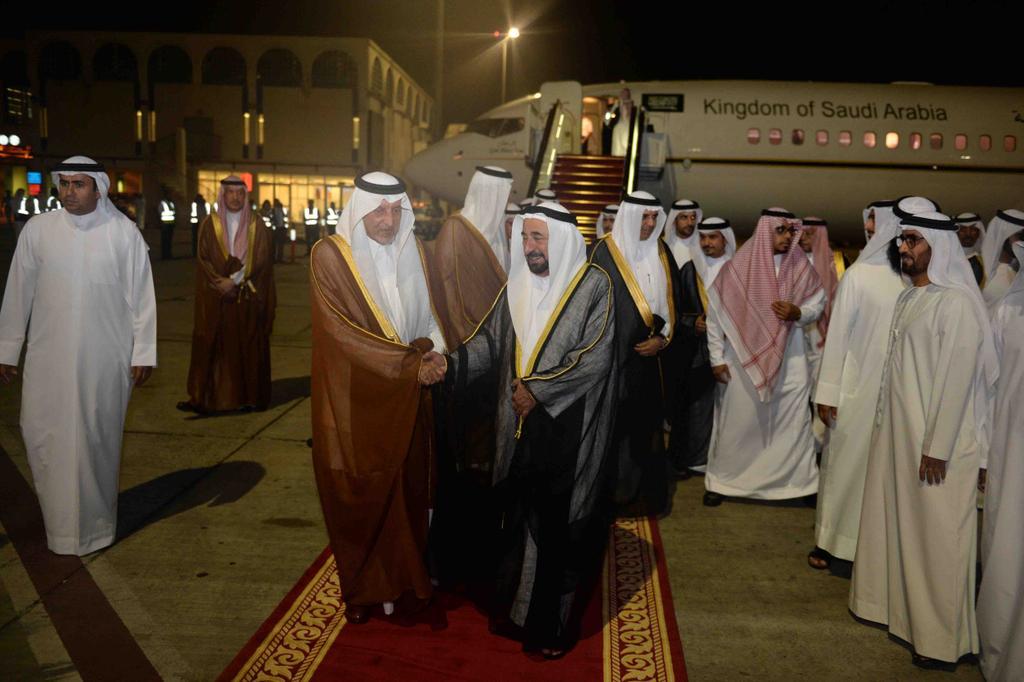 حاكم الشارقة يستقبل الأمير خالد الفيصل لدى وصوله