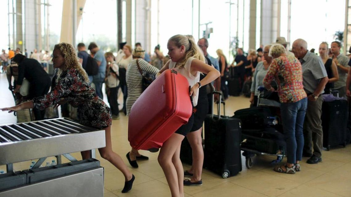 Tourists leave after finishing their holidays, at the airport of the Red Sea resort of Sharm el-Sheikh, November 6, 2015. (Reuters)
