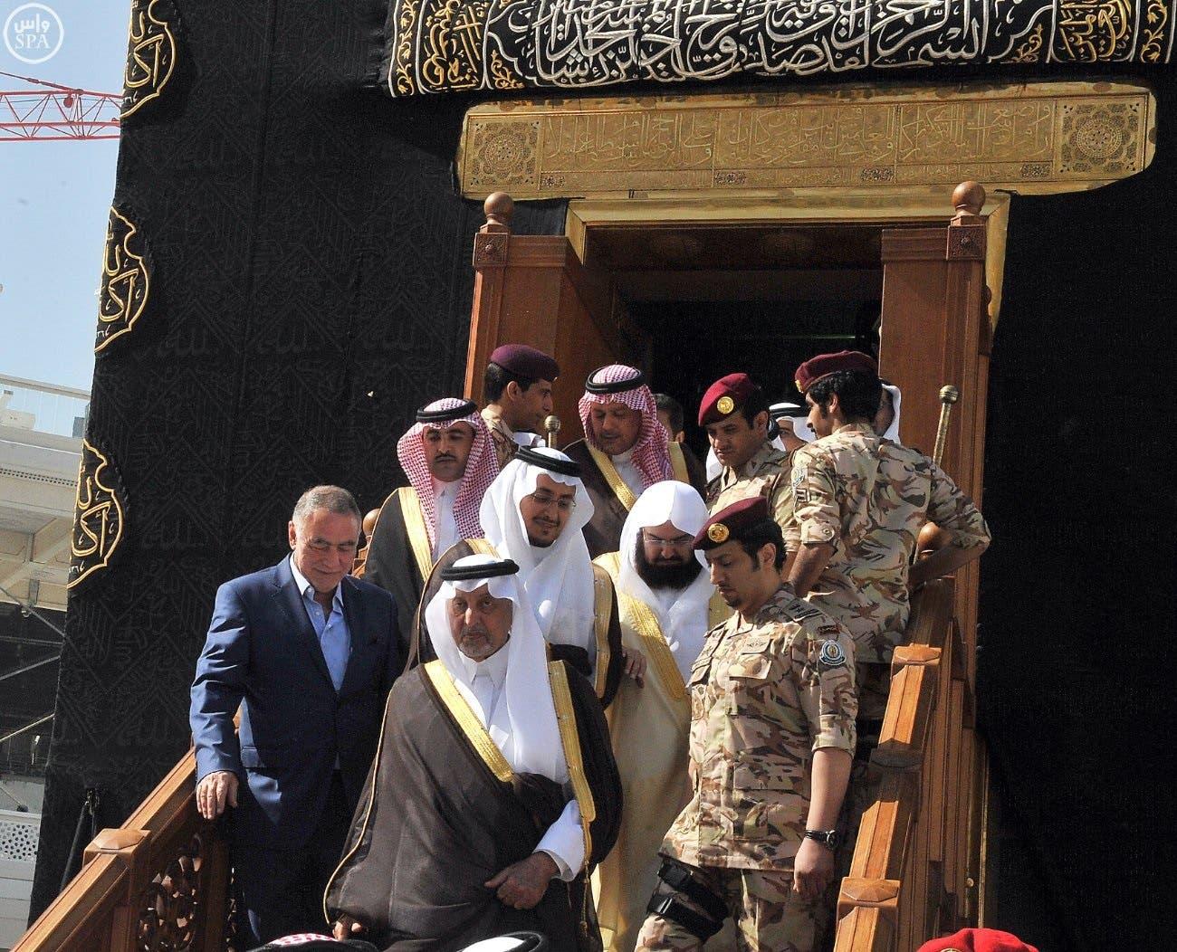 الأمير خالد الفيصل ومرافقوه عند باب الكعبة المشرفة