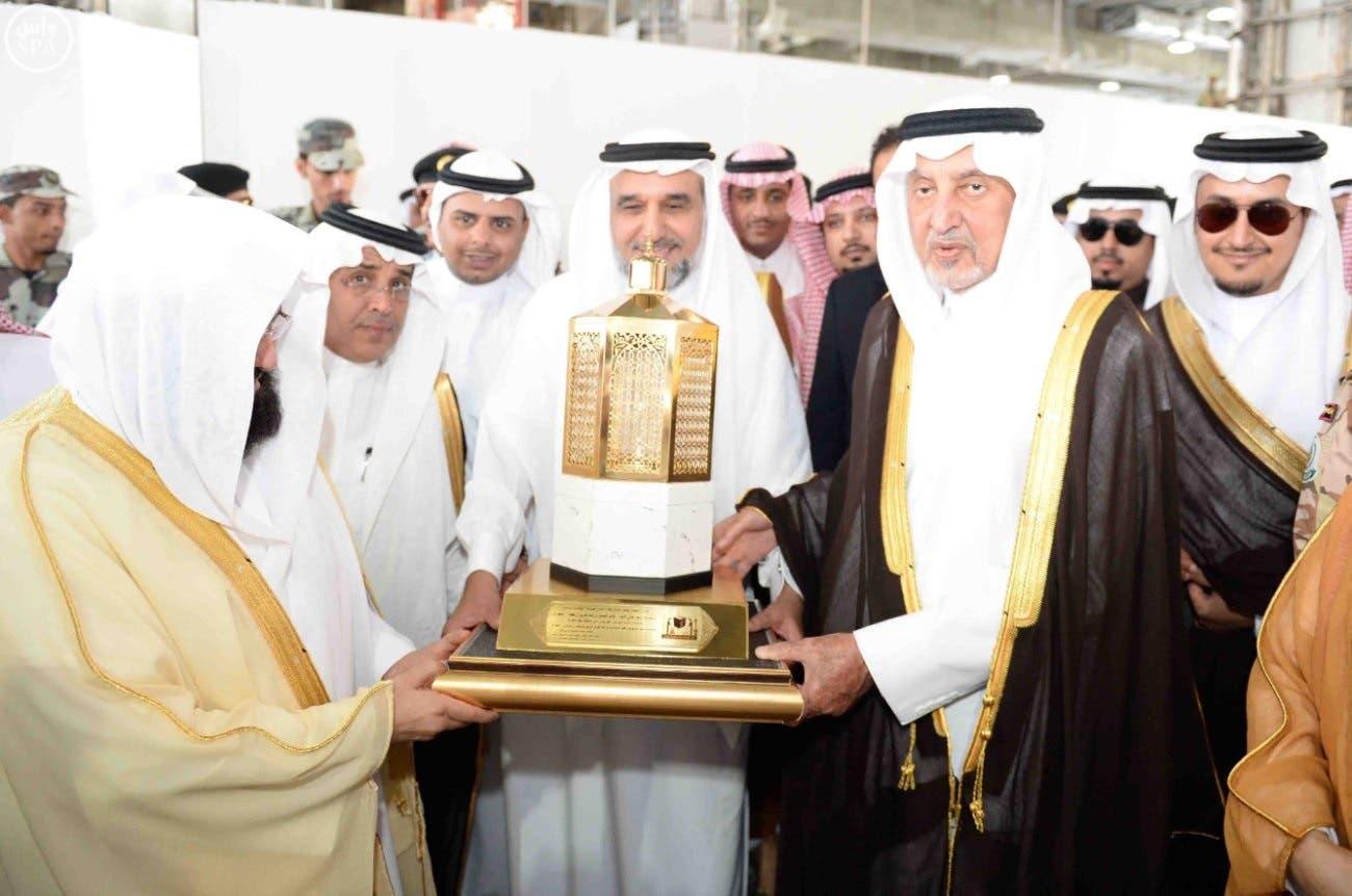الأمير خالد الفيصل يتسلم هدية تذكارية