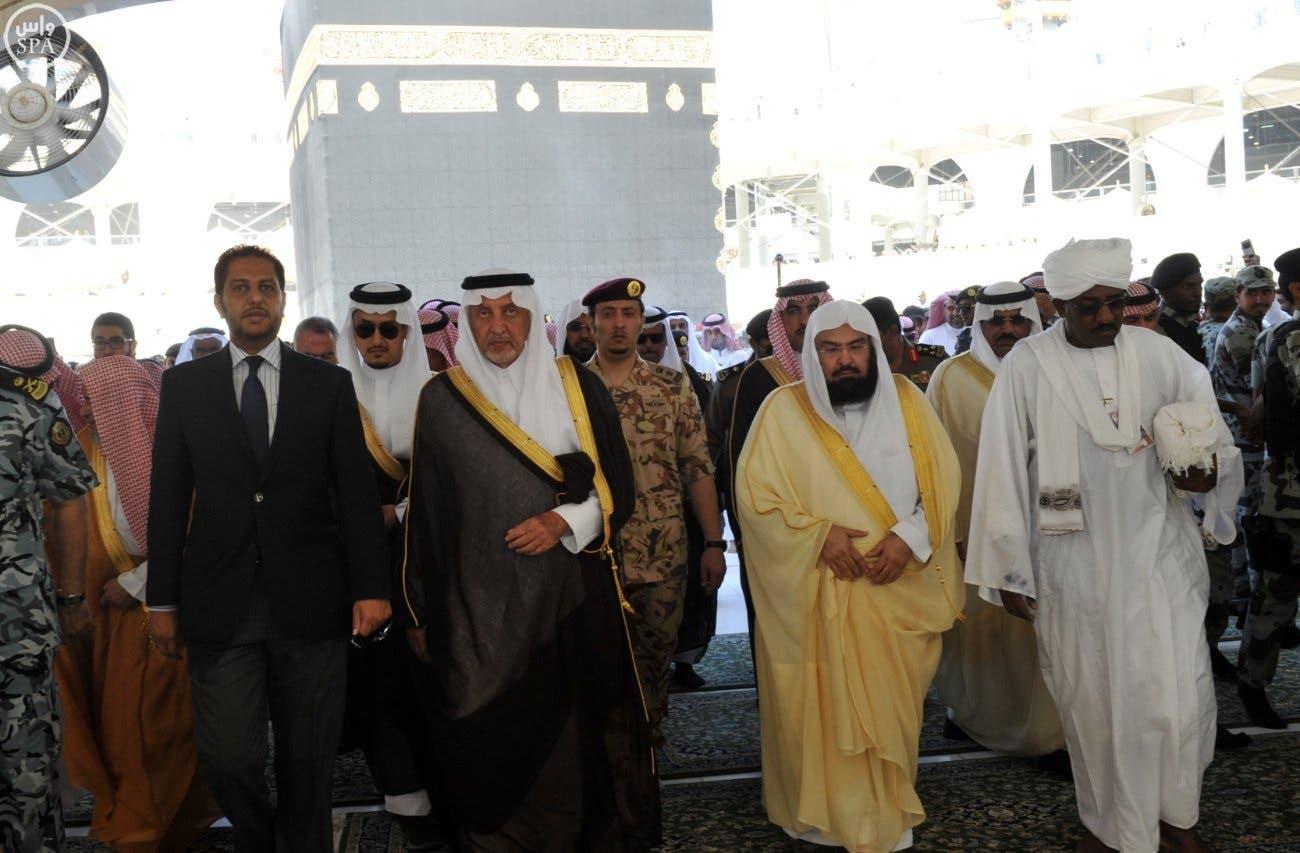الأمير خالد الفيصل ومرافقوه في صحن الكعبة المشرفة
