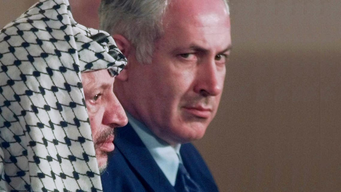 In this Oct. 2, 1996 photo, Israeli Prime Minister Benjamin Netanyahu, right, looks around PLO leader Yasser Arafat during a news conference at the White House. (File photo: AP)