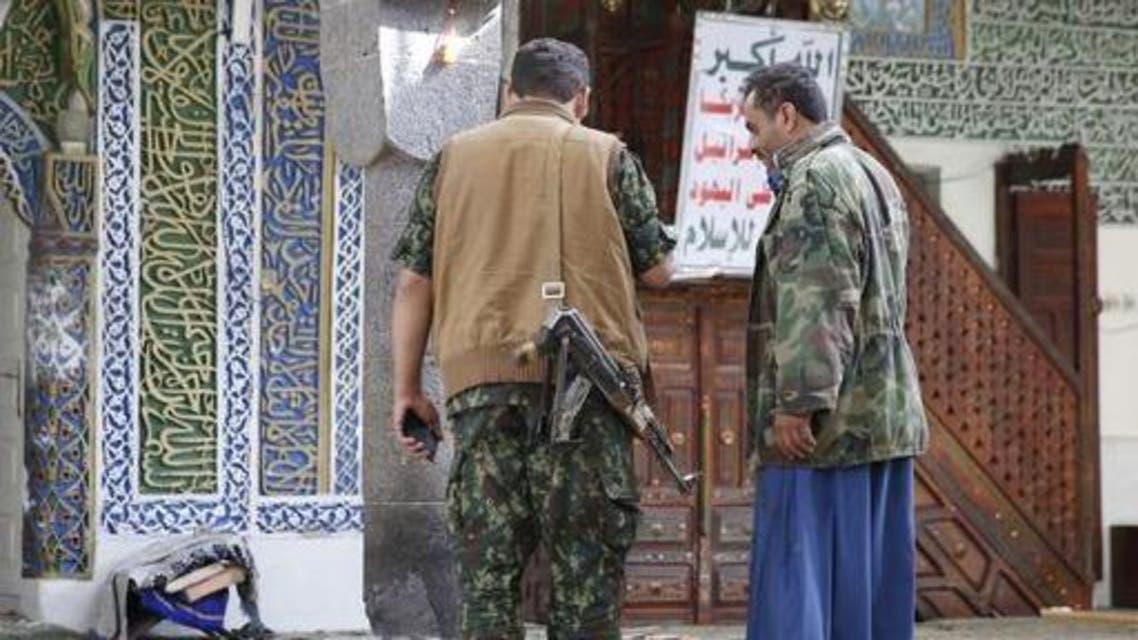 مقاتلون حوثيون داخل أحد مساجد صنعاء
