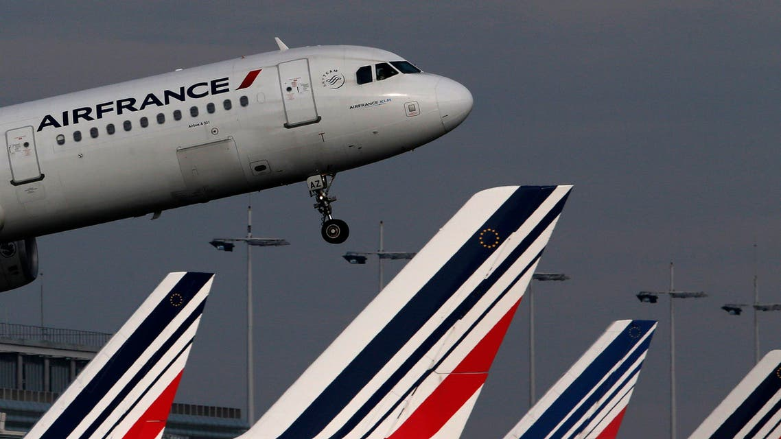 "An Air France Airbus A321 aircraft takes off at the Charles de Gaulle International Airport in Roissy, near Paris, in this October 27, 2015 file photo. Air France-KLM posted a sharper-than-expected increase in third-quarter profits on Thursday October 29, 2015 , but warned unions that the gains from improved demand over the summer would not remove the ""overwhelming need"" for cost cuts to keep pace with rivals. Picture taken October 27, 2015. REUTERS/Christian Hartmann/Files"