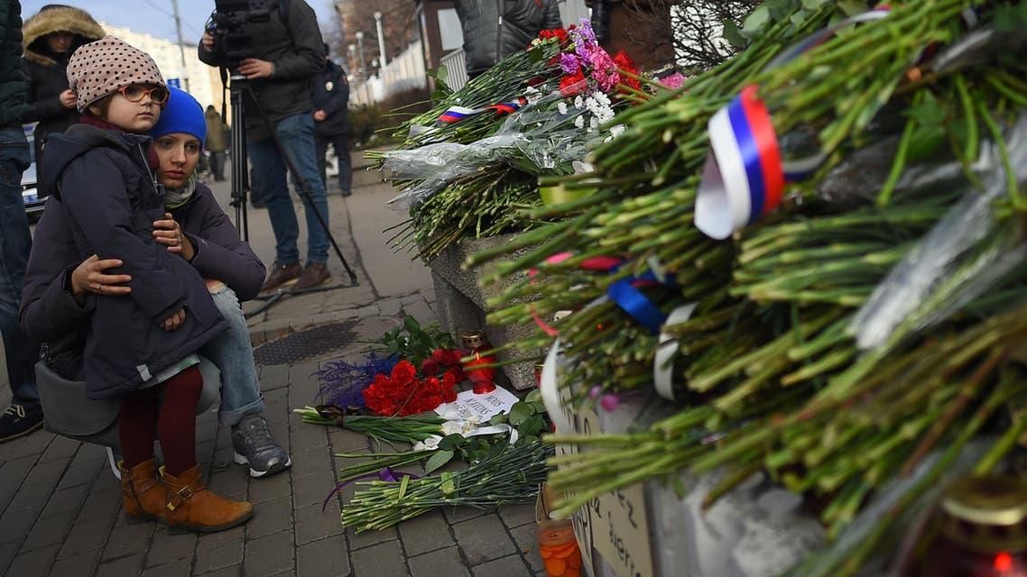 ورود وشموع وكلمات تعازي بالضحايا أمام السفارة الفرنسية في موسكو