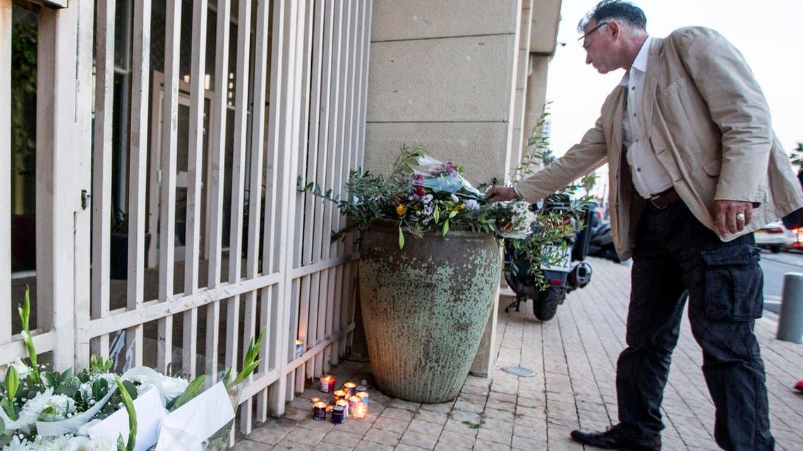 ورود وشموع أمام السفارة الفرنسية في تل أبيب