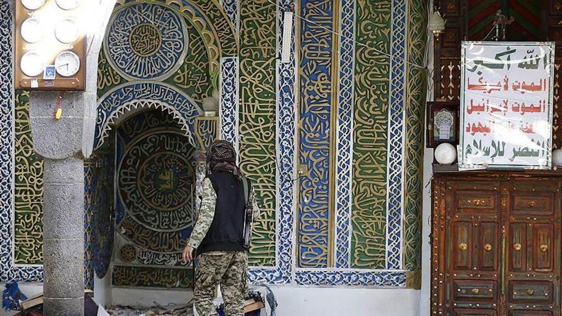 مقاتل حوثي داخل أحد مساجد صنعاء