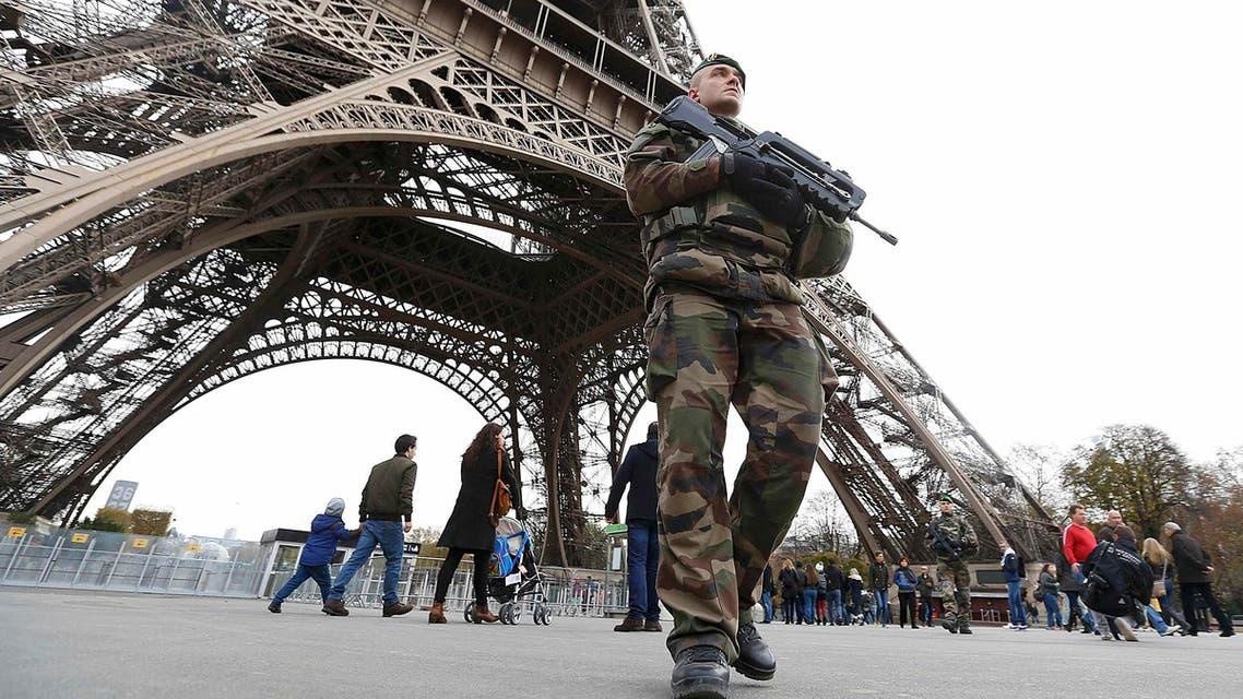 جندي فرنسي متمركز على مقربة من برج ايفل