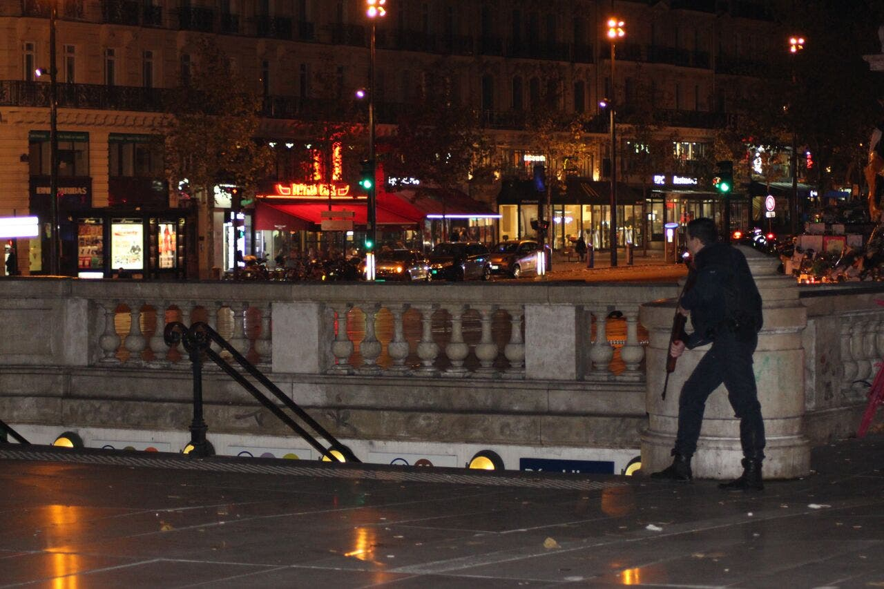 Armed police paris memorial place (Asma Ajroudi/ Al Arabiya News)