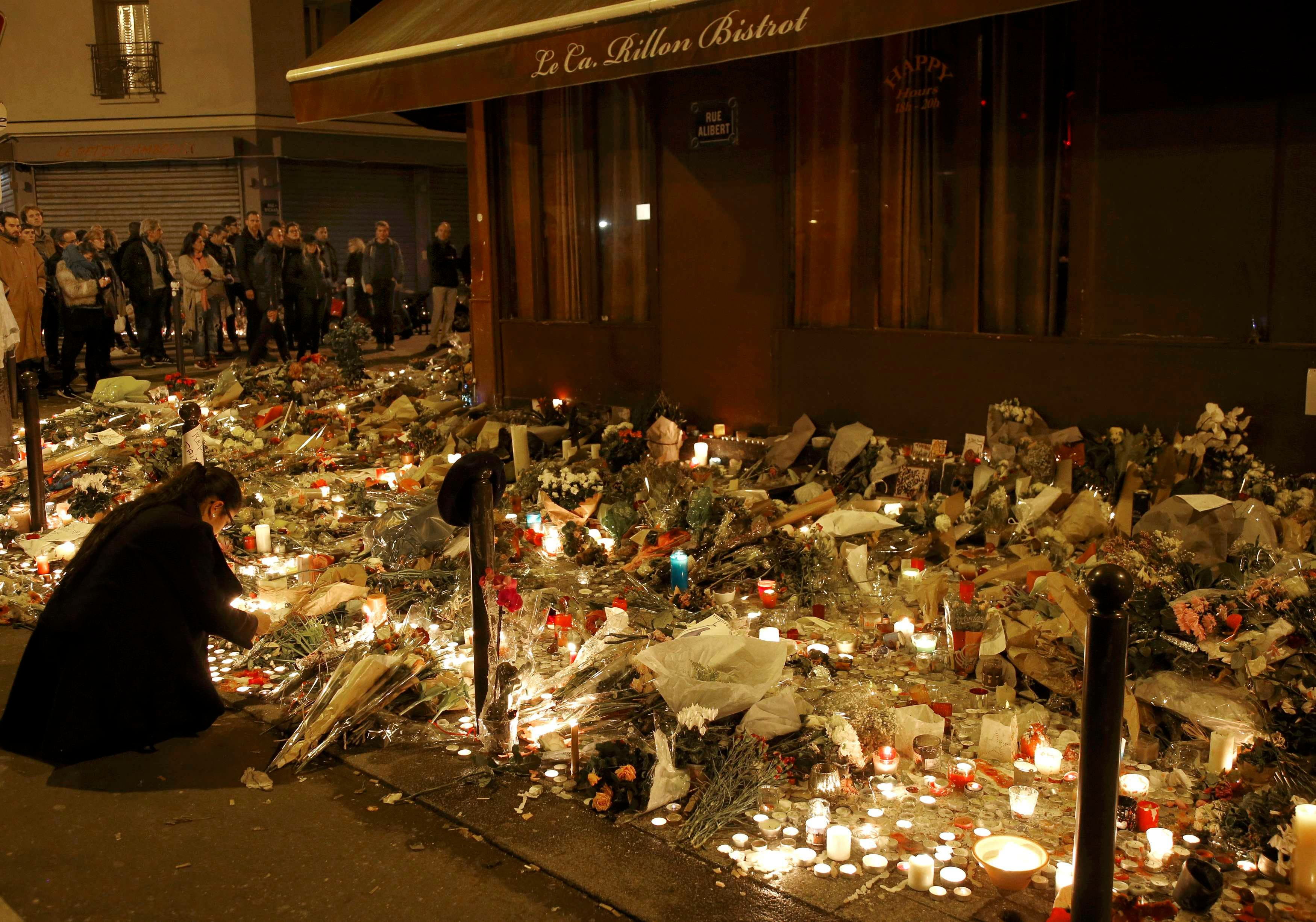 People gather outside Le Carillon restaurant, one of the attack sites in Paris, November 15, 2015. REUTERS/Jacky Naegelen