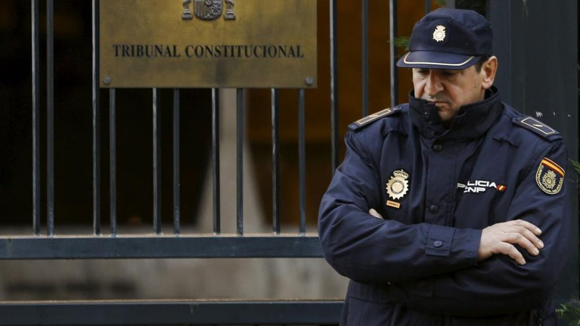 A Spanish National Police officer stands in the entrance of Spanish Constitutional Court in Madrid, Spain, November 11, 2015. Spanish Prime Minister Mariano Rajoy said on Wednesday his government had filed an appeal with the Constitutional Court in a bid to block an independence drive by Catalonia region's local assembly and preserve Spanish national unity. REUTERS/Sergio Perez