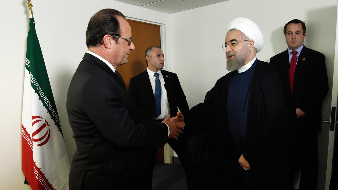 French President Francois Hollande (L) welcomes his Iranian counterpart Hassan Rouhani for a meeting during the 70th UN General Assembly on September 27, 2015, in New York. AFP PHOTO/POOL/ALAIN JOCARD