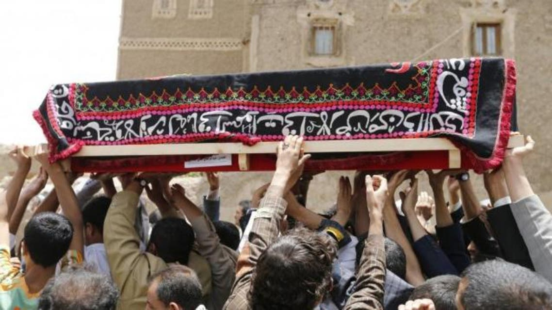 Mourners carry the coffin of a soldier, who was killed by al Qaeda militants in the Wadi Hadramout region in northeastern Yemen. (File photo: Reuters)