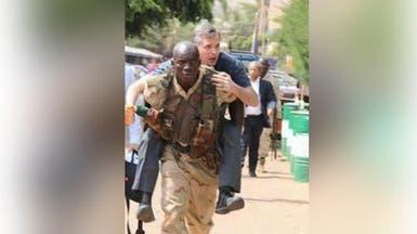 صورة لجندي #مالي يحمل سائحا على ظهره تثير الجدل