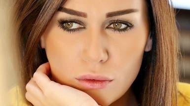 شاهد.. ممثلة شهيرة تحرق إطارات وسط بيروت
