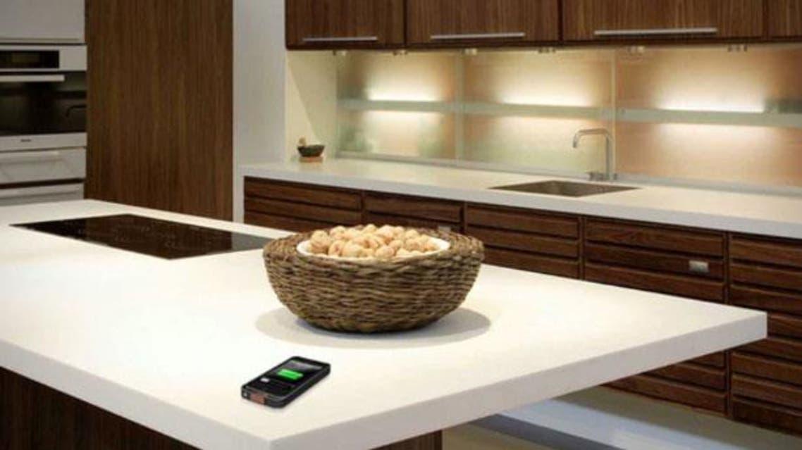 طاولة تشحن هاتفك الذكي من فنجان قهوتك