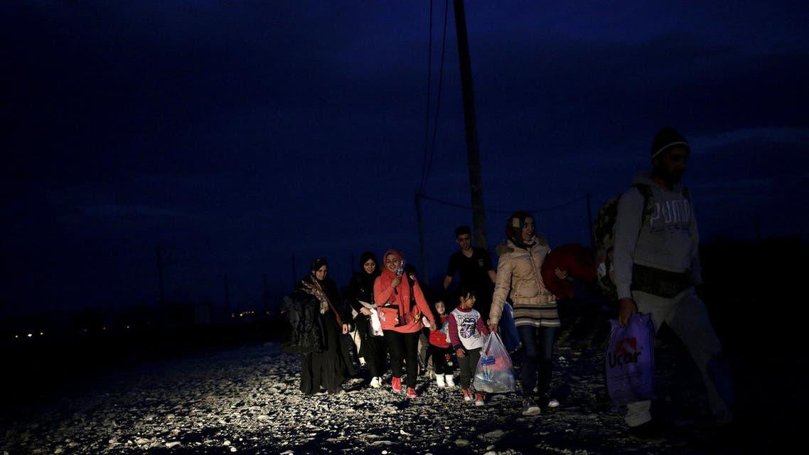 لاجئون يعبرون الحدود اليونانية