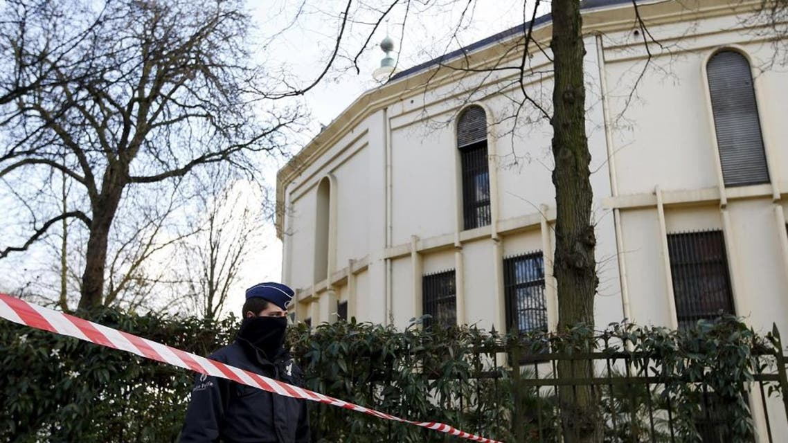 A Belgian police officer stands guard outside the Grand Mosque in Brussels, Belgium, November 26, 2015. (Reuters)