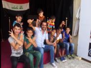 بالفيديو.. عراقي يلتقط أطفال الشوارع ويمنحهم حياة كريمة