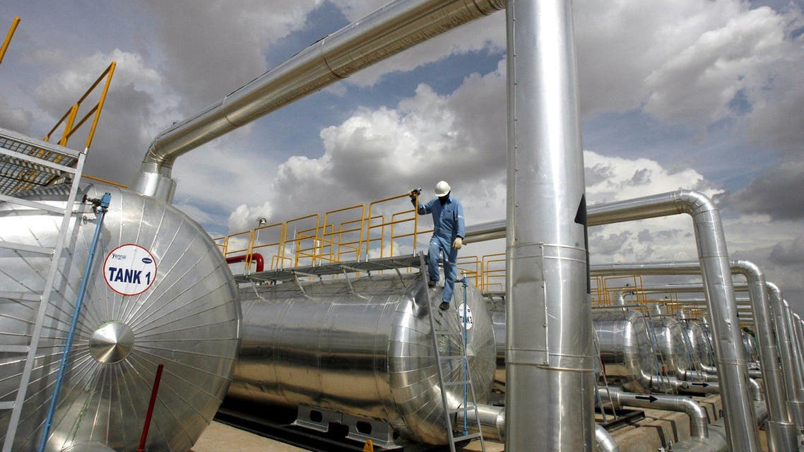 A Cairn India employee works at a storage facility for crude oil at Mangala oil field at Barmer in the desert Indian state of Rajasthan in this August 29, 2009 file photo. REUTERS/