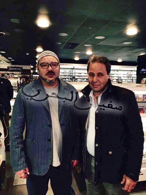 العاهل المغربي محمد السادس في باريس في صور مع مواطنين مغاربيين