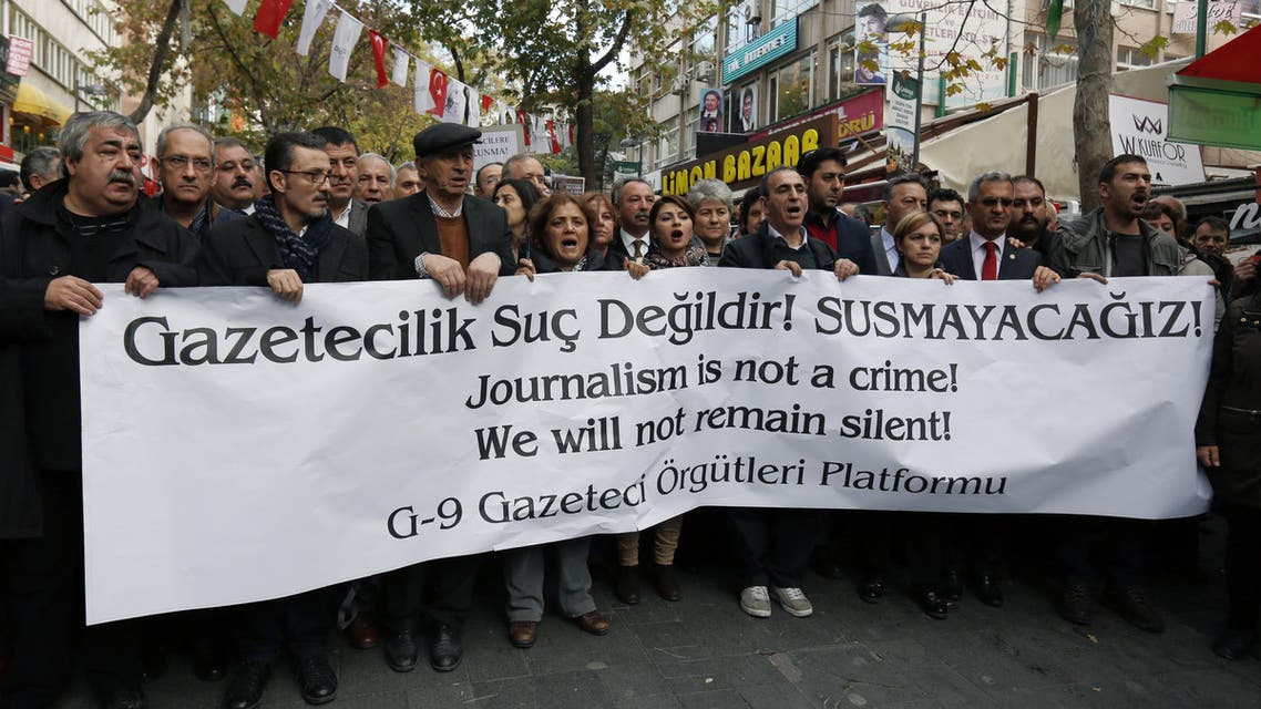 Journalists march in protest against the jailing of opposition Cumhuriyet newspaper's editor-in-chief Can Dundar and Ankara representative Erdem Gul, in Ankara, Turkey, Friday, Nov. 27, 2015. (AP)